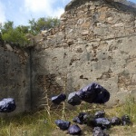 Envoltorios en papel de seda de piedras encontradas en el lugar. <br /><em>Silk paper wrapper of stones found at the site.</em>
